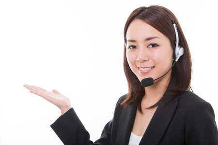 Portret van lachende mooie jonge ondersteuning telefoon operator blijkt met copyspacegebied Stockfoto