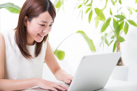 MÅ'oda kobieta z laptopem Zdjęcie Seryjne