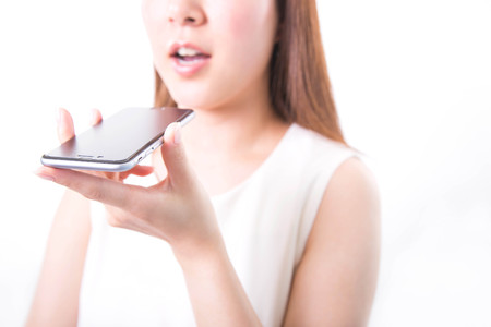 Jonge vrouw opname spraakbericht met smartphone