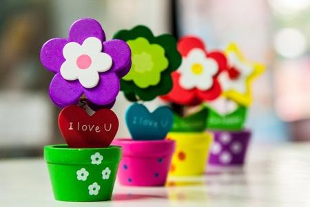 Fleurs en bois colorées dans un vase avec clip Banque d'images