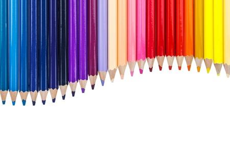 Colorful crayon arrangent comme courbe sur le dessus sur fond blanc