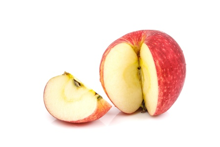 manzana roja: Rodaja de manzana roja sobre fondo blanco
