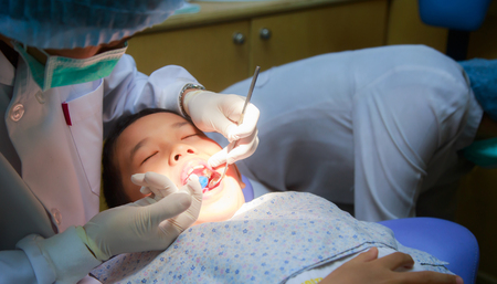 Dentist preventation of pit and fissure caries for patient