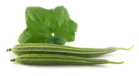 Frais gourde angle - légumes avec des feuilles sur fond blanc