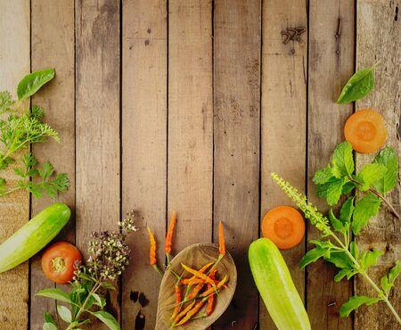 alimentos saludables: La comida sana verduras frescas sobre fondo-madera