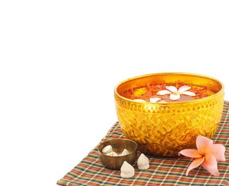 Festival Songkran - bol d'eau avec des fleurs sur fond blanc Banque d'images