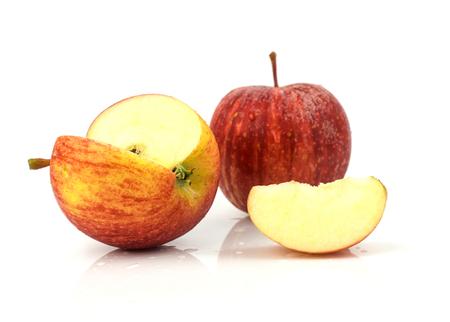 Manzanas rojas frescas - fruta madura en el fondo blanco