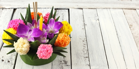 Thai Full moon festival - Beautiful krathong on white wood Banque d'images