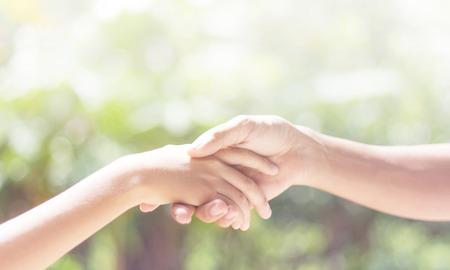 ayudando: Ayudar a las manos - un hombre que sostiene otra mano con cuidado Foto de archivo