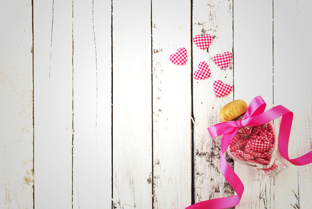 romance: Una gran cantidad de corazones en botella en el romance de madera blanca y hermosa