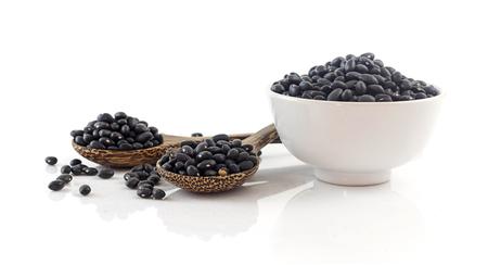 Groupe de haricots noirs - aliments sains sur blanc