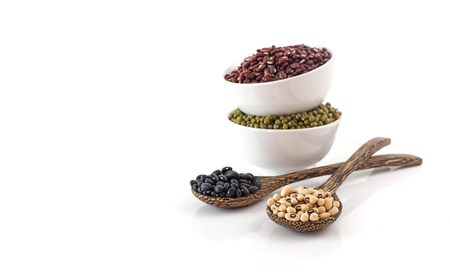 Beans - red, black, white and mung bean on white background Banque d'images