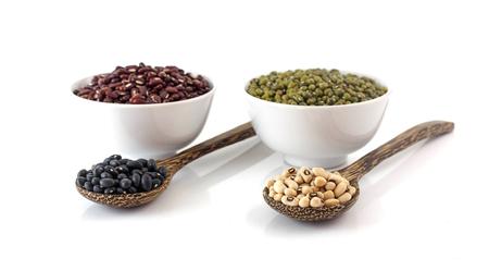 Alimentation saine - beaucoup de haricots sur fond blanc