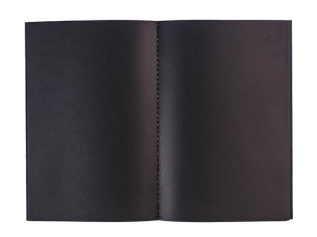Carnet noir vierge ouvert isolé sur blanc