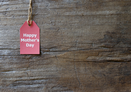Red tag with text happy mothers day on wood background Banque d'images
