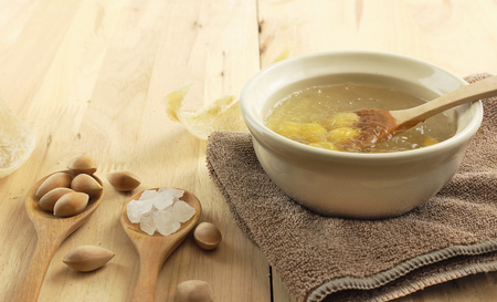 Bowl of swallow nest clear soup and ginkgo seeds Banque d'images - 122774608