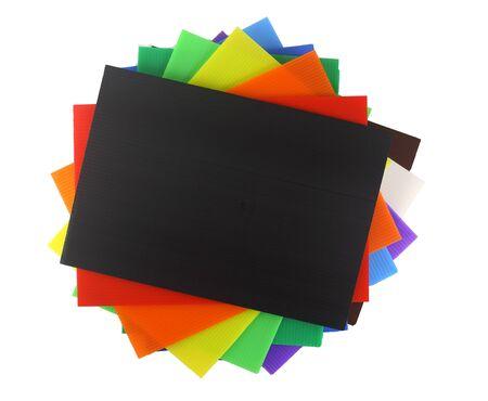 Vista dall'alto di plastica ondulata colorata isolata su bianco