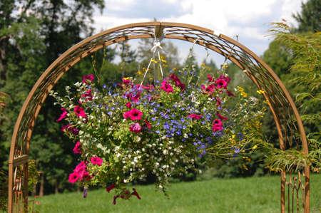 Gartendekoration Mit Metallbogen Und Topfpflanzen Stock Photo