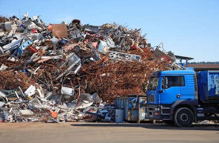 scrap iron: Stapel von verschiedenem Metallschrott an einer Recyclingfirma
