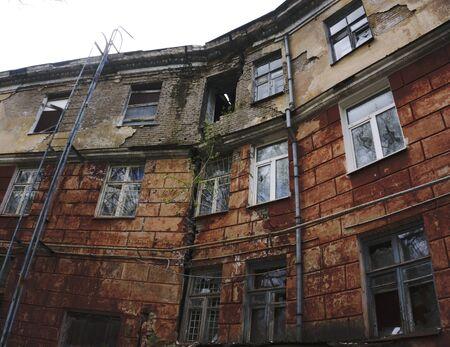 崩れかけた建物大亀裂