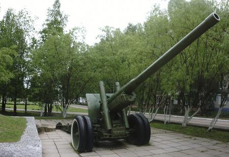 Old green russian artillery field cannon ,gun 版權商用圖片