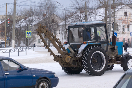 is the repair of the road where the tractor a chain saw cut the road surface Imagens