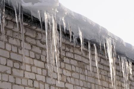Long icicles at an old house Фото со стока - 98729586