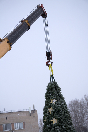 dismantling the Christmas tree with a machine crane working Imagens