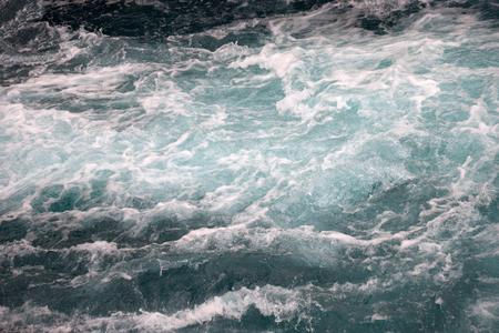 Stürmische Wellen schwebender Himmel magischer mystischer Niemand