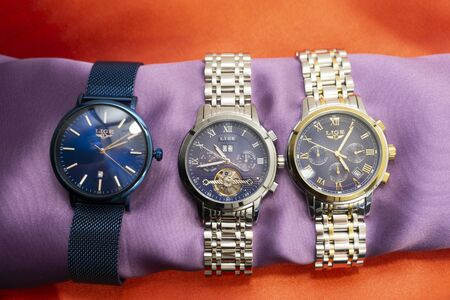 Russia Berezniki 20.01.2020 : 3 pairs of wristwatches in the store . Banque d'images