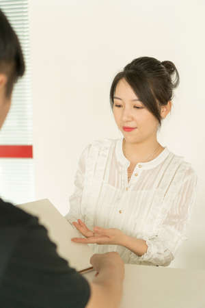 office lady talking to a man Banco de Imagens