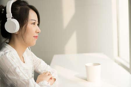 office lady in headphone Banco de Imagens