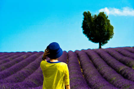 ligne: valensole - tourist in front of a lavender fields