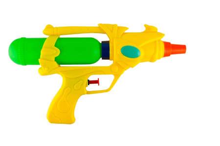 fusils: Pistolet d'eau pour l'arrosage de jeu et de l'autre en saison chaude isoler sur blanc Banque d'images