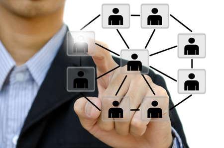 trabajo social: Empresa joven empujando la estructura de red social en una pizarra. Foto de archivo