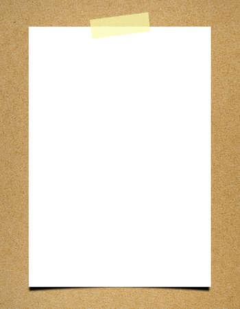 Nota de papel en blanco sobre fondo tablero
