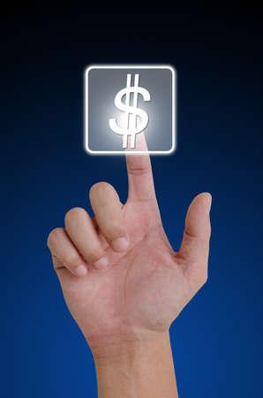 mano con dinero: Mano presionando el bot�n de d�lares en la pantalla t�ctil.