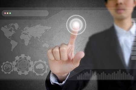 toegangscontrole: zakenman werken op moderne technologie.