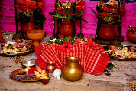 Les matériaux hindous Puja comme les pots en terre, les feuilles de manguier, les fleurs, les lampes en terre, les noix de coco vertes, la gamcha (serviette), les pots en laiton et en cuivre, le dhunuchi (encensoir, encensoir), etc. Banque d'images