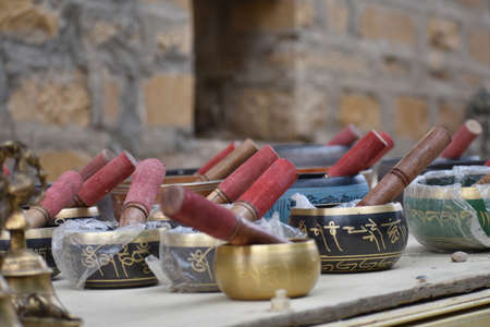 antique goods made of metal,stone and glass selling on roadside of jaisalmer Archivio Fotografico