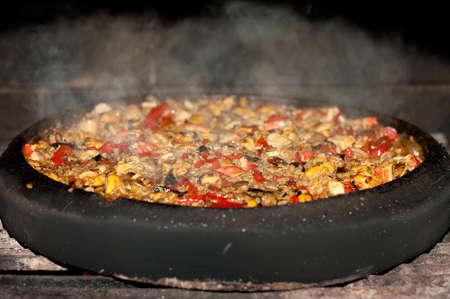 ollas de barro: Paella española tradicional en una cacerola de barro