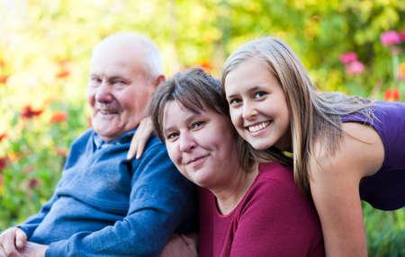 Drie generaties - Grootvader met zijn dochter en zijn kleindochter.