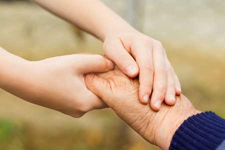respeto: Ni�o peque�o que sostiene su abuelo