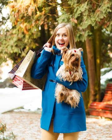 yorky: Mujer con estilo con el perro lindo en las compras de Navidad.
