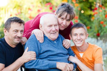 Familia cariñosa visitando abuelo en el hogar de ancianos.