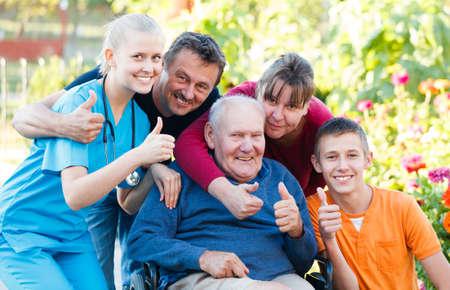 persona de la tercera edad: Familia est� satisfecho con la asistencia m�dica.