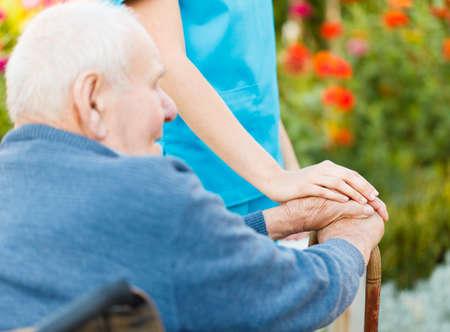 aide a domicile: Soins aux personnes �g�es en maison de soins infirmiers - m�decin avec le patient. Banque d'images
