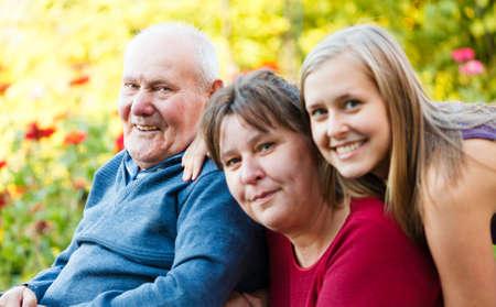 Rodina návštěvě dědečka s Alzheimerovou chorobou v pečovatelském domě.