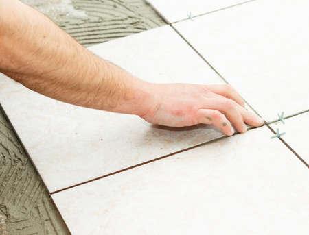 pegamento: Handyman haciendo obras de renovación - piso de baldosas.
