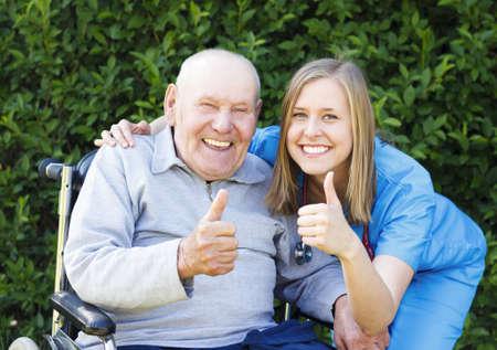personas ayudando: Paciente sonriente feliz mostrando los pulgares arriba, junto con su m�dico. Foto de archivo